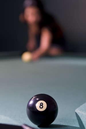 bola ocho: Enfoque selectivo de tiro de ocho bal�n durante el bolsillo en una mesa de billar