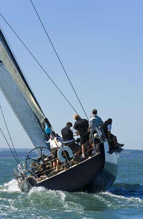 bateau de course: Un bateau de course en �quipage attraper le vent Banque d'images
