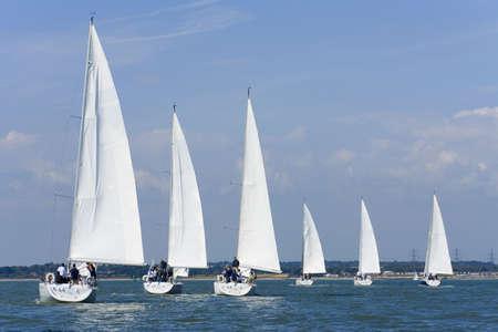 bateau voile: Six bateaux avec �quipage enti�rement � la voile blanc avec toutes les voiles