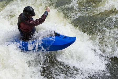 ocean kayak: Un r�pido shutterspeed disparo de un kayaker en muy �spera blancas.