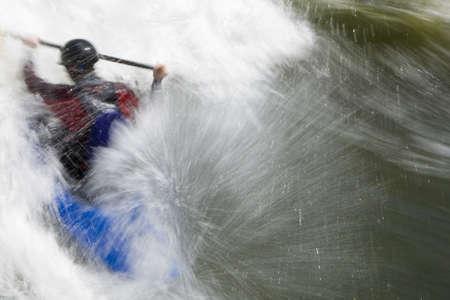 mano derecha: Un lento shutterspeed disparo de un kayaker en muy �spera blancas. Filmada con copyspace en el lado derecho del marco.  Foto de archivo