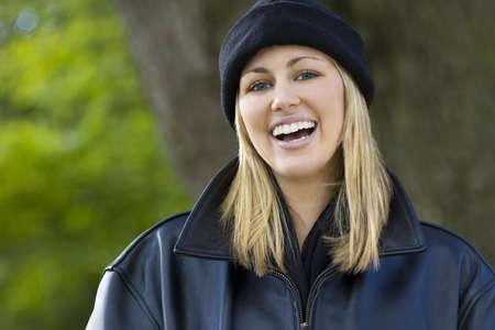 laughing out loud: Un incre�blemente bella mujer joven rubia que llevaba un sombrero negro y chaqueta re�r a carcajadas
