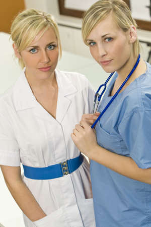 Una enfermera quirúrgica con su colega, la atención se centra principalmente en el médico en azul matorrales  Foto de archivo - 3121243