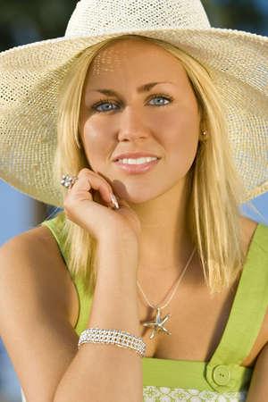 blonde yeux bleus: Portrait d'une �tonnamment belle jeune femme blonde portant un chapeau de soleil et baign�es de soleil d'or  Banque d'images