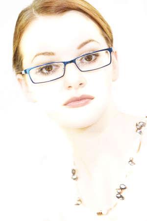 enigmatic: Stilizzata elevato chiave girato in studio di una bellissima giovane donna bruna con gli occhi marrone sorprendente e un enigmatico sorriso.
