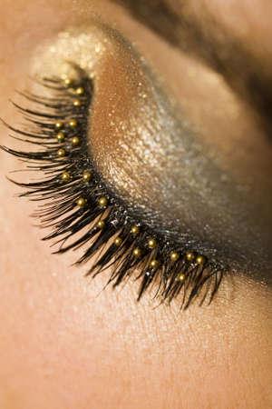 pesta�as postizas: Una macro de cerca de una bella mujer por los ojos con pesta�as falsas