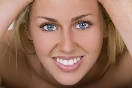 dentudo: Una bella rubia de ojos azules pelo mujer joven con una hermosa sonrisa Toothy Foto de archivo