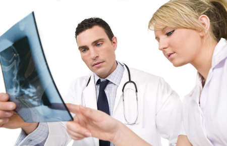 Un m�decin de sexe masculin et f�minin de soins infirmiers de son coll�gue l'examen d'une radiographie d'un cr�ne humain Banque d'images - 3966850