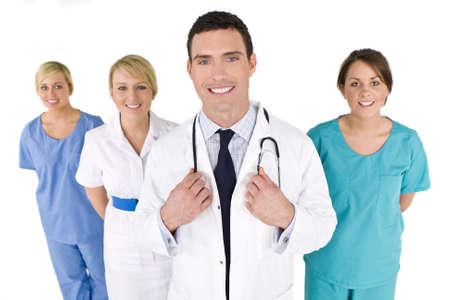 enfermeros: Un m�dico de sexo masculino con su equipo de colegas fuera de foco detr�s de �l.