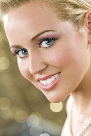 blonde yeux bleus: Studio shot d'une belle blonde aux yeux bleus cheveux mod�le f�minin classique port de maquillage et d'un fond dor� mousseux Banque d'images