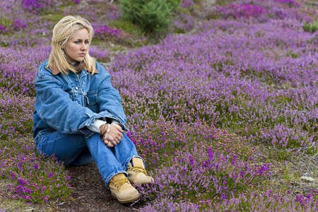 doğal olarak: A naturally beautiful young blond woman shot in a field of out of focus heather