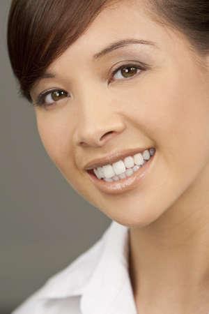 dentudo: Una joven y bella mujer oriental con una maravillosa sonrisa Toothy