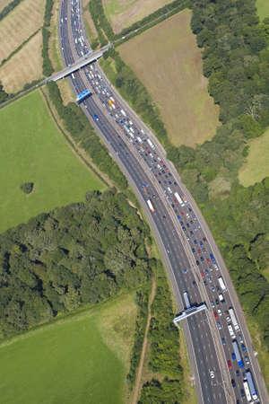 Helicopter Luftaufnahme von Verkehrsstaus auf der Autobahn M25 rund um London, England
