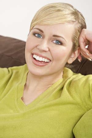dentudo: Studio disparo de un hermoso azul pelo rubio de ojos modelo femenino con una sonrisa con dientes grandes