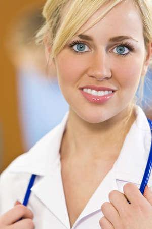 rubia ojos azules: Enfermera de ojos de un bastante joven azules de pelo rubio femenina con un estetoscopio