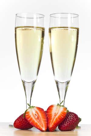 Due flauto bicchieri di champagne con fettine di fragole.