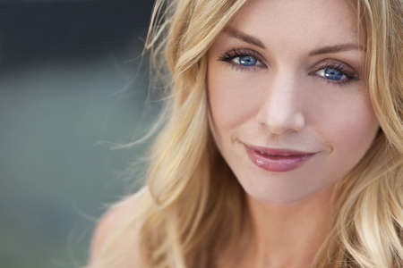 blonde yeux bleus: Portrait d'une femme naturellement belle dans la vingtaine aux cheveux blonds et yeux bleus, tir ? l'ext?rieur dans la lumi?re naturelle Banque d'images