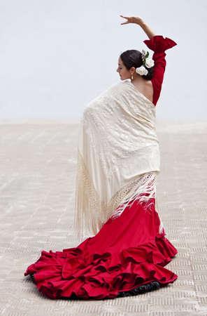 flamenco dancer: Mujer tradicional bailar�n de flamenco espa�ol bailando fuera en un vestido rojo con una crema de color chal