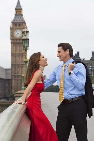 happy rich woman: Romantico uomo e donna matura sul ponte di Westminster con Big Ben nella sfondo, Londra, Gran Bretagna  Archivio Fotografico