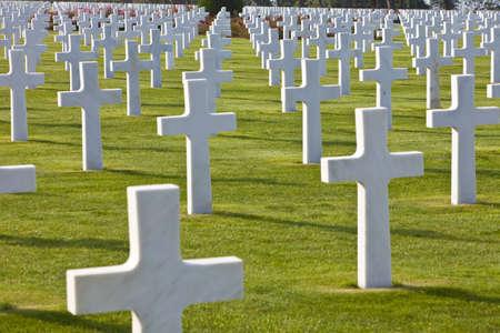 cementerios: Filas de blanco se cruza en el cementerio estadounidense de la Segunda Guerra Mundial, Colleville-sur-Mer, playa de Omaha, Normand�a, Francia, Europa