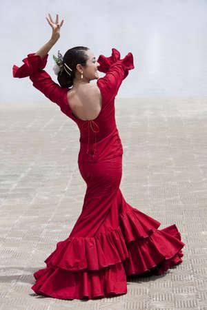 flamenco dancer: Mujer tradicional bailar�n de flamenco espa�ol bailando en un vestido rojo  Foto de archivo