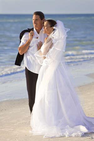 pareja de esposos: Una pareja casada, la novia y el novio, juntos en el sol en una hermosa playa tropical Foto de archivo