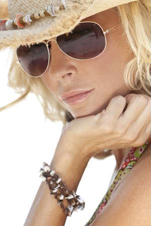 chapeau de paille: Incroyablement belle et sexy jeune femme blonde en chapeau de cowboy de paille et de lunettes de soleil  Banque d'images