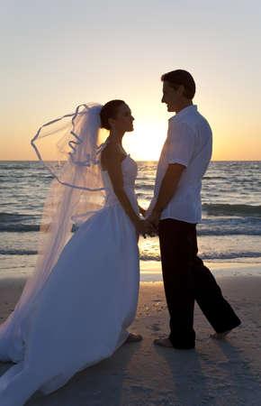 boda en la playa: Boda de una pareja casada, la novia y el novio, junto al atardecer en una hermosa playa tropical