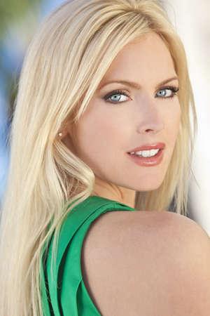 blonde yeux bleus: Outdoor portrait d'une belle femme blonde dans la trentaine de jeunes Banque d'images