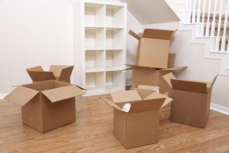Habitación vacía llena de cajas de cartón para mover a un nuevo hogar.