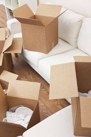 cajas de carton: Cuarto vac�o lleno de cajas de cart�n para avanzar en un nuevo hogar.