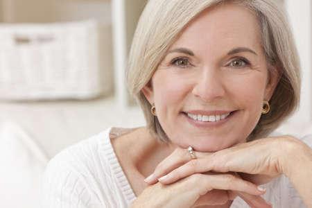 Porträt von eine attraktive elegante senior Frau zu Hause entspannen. Lizenzfreie Bilder - 10054773