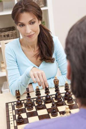 jugando ajedrez: Joven y mujer casada par de ajedrez jugando en casa