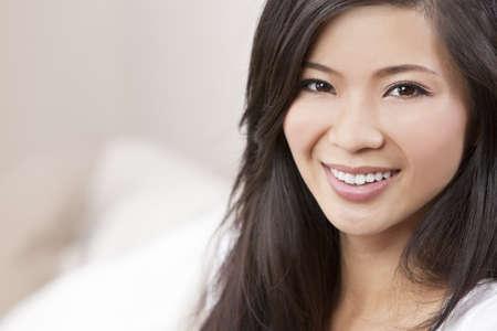 dentudo: Una joven y bella mujer asi�tica China Oriental, con una sonrisa con dientes maravillosos Foto de archivo