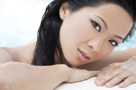 hot asian: Красивые молодые китайские азиатские восточные женщины носить бикини и отдыха на сторону бассейна.