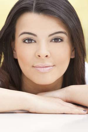 enigmatic: Ritratto di una giovane e bella donna Latina Ispano o ragazza con un volto enigmatico sorriso