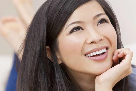 giggle: Close up retrato de una joven y bella mujer oriental china de Asia