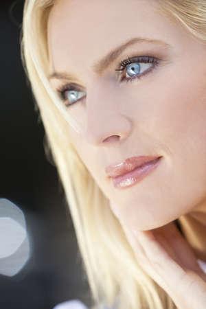 rubia ojos azules: Retrato de la luz natural de una hermosa mujer rubia con ojos azules