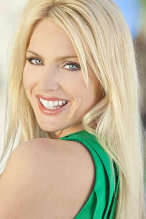 rubia ojos azules: Retrato de la luz natural de un sonriente feliz hermosa mujer rubia con ojos azules