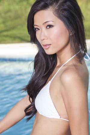 hot asian: Красивые молодые китайские азиатские восточные женщины носить бикини и отдыха на сторону бассейна