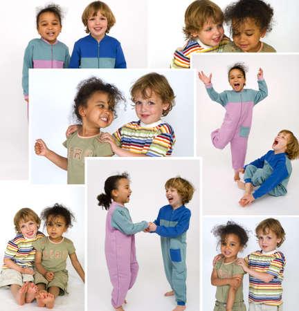 ni�as jugando: Dos ni�os peque�os que juegan juntos riendo y tomados de la mano