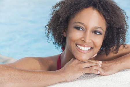 american sexy: Красивая сексуальная молодых афро-американских женщина или молодая девушка носить бикини и отдыха на сторону бассейна. Фото со стока