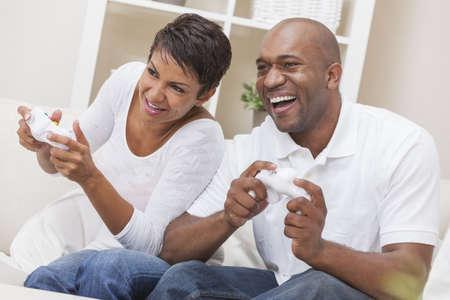 couple afro americain: Africaine couple am�ricain, homme et femme, avoir du plaisir � jouer console de jeux vid�o ensemble