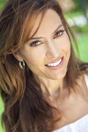 femme brune: Outdoor portrait d'une belle jeune femme brune d'une trentaine d'