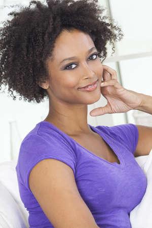 Een mooie halfbloed African American meisje of jonge vrouw op zoek gelukkig en doordachte