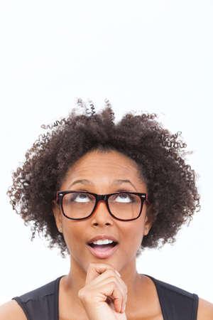 cara sorprendida: Un inteligente raza mixta afroamericano niña o mujer joven mirando hacia arriba feliz pensativo gafas friki de sorpresa y el uso de