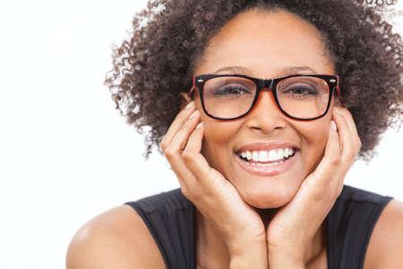 아름다운 지능형 혼합 된 인종 아프리카 계 미국인 여자 또는 젊은 여성이 행복하고 입고 괴짜 안경을 찾고