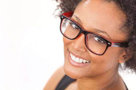 Een mooie intelligente halfbloed African American meisje of jonge vrouw op zoek gelukkig en het dragen van geekglazen