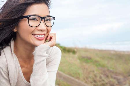 美しい中国のアジアの女の子や眼鏡を外で若い女性の肖像画