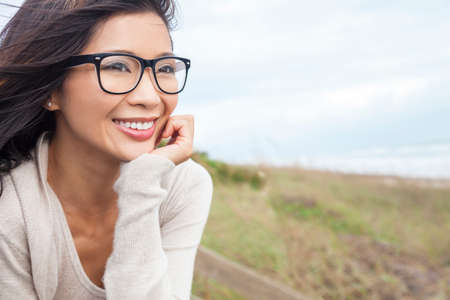 Retrato de una hermosa muchacha asiática china o joven fuera llevaba gafas